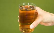 Szklanka zaparzonej zielonej herbaty