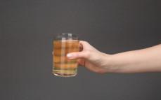 Szklanka napoju niegazowanego z ekstraktem z zielonej herbaty, bez cukru