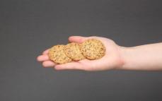 3 ciastka jaglane z dodatkiem siemienia lnianego