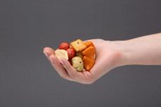 Garść krakersów ryżowych i krakersów z orzeszków ziemnych Japan Mix