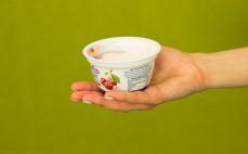 Porcja jogurtu typu greckiego z wiśniami 0 %
