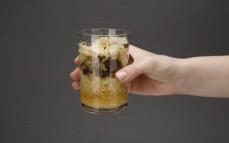 Szklanka kapusty kiszonej z grzybami leśnymi