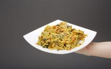 Porcja kaszy bulgur z sumem i warzywami