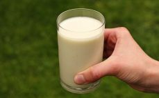 Szklanka jogurtu pitnego