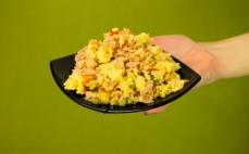 Porcja sałatki z kuskusem, warzywami i tuńczykiem Insalatissime