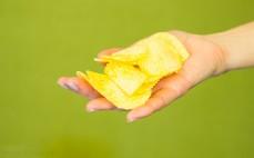 Garść chipsów ziemniaczanych Ser z Cebulą Lay's Appetite