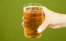 Szklanka piwa bezalkoholowego Lech Free