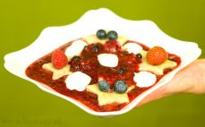 Porcja pierogów leniwych pełnoziarnistych z musem owocowym i jogurtem