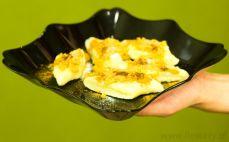 Porcja pierogów leniwych z masłem i bułką tartą