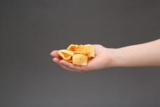 Garść chipsów z soczewicy, Lentil Chips, pomidor i bazylia