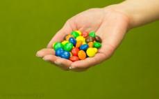 Garść czekoladowych cukierków m&m's w kolorowych skorupkach