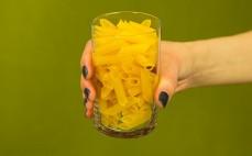 Szklanka kukurydzianego makaronu penne