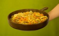 Porcja makaronu na patelnię z sosem bolognese
