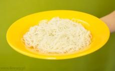 Makaron z brązowego ryżu nitki po przygotowaniu