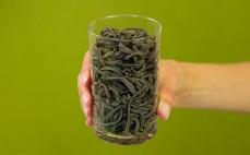 Szklanka ugotowanego spaghetti z czarnej soi