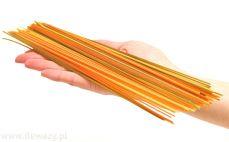 Porcja makaronu spaghetti z pomidorem i szpinakiem