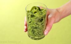 Szklanka ugotowanego Tagiatelle ze szpinakiem