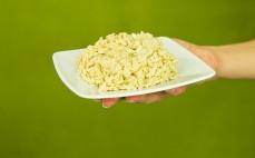 Porcja ugotowanego makaronu wysokobiałkowego w kształcie ryżu