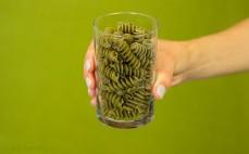 Szklanka makaronu spirelli z pokrzywą