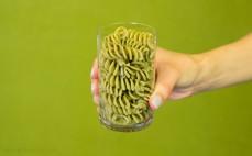 Szklanka ugotowanego makaronu spirelli z pokrzywą