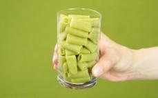 Szklanka ugotowanego makaronu z zielonego groszku