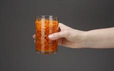 Porcja marchewki z pomarańczą w w zalewie z soku cytrynowego i pomarańczowego