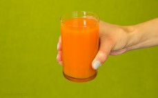 Szklanka soku z marchwi, jabłek, aceroli i granatów Vitaminka
