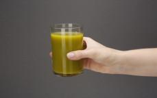 Szklanka świeżego soku z pomarańczy i jarmużu