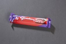 Milka&strawberry, czekolada mleczna z mleka alpejskiego z nadzieniem mlecznym o smaku truskawkowym  (44%) i chrupkami