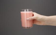 Szklanka mleka kokosowego o smaku truskawkowym