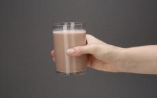 Szklanka mleka kokosowego o smaku czekoladowym