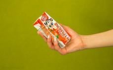 Porcja mleka o smaku truskawkowym