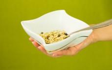 Porcja musli bez dodatku cukru z granatem i jagodą