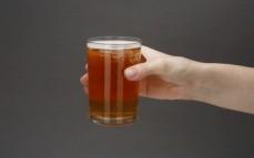 Napój z fermentowanej trawy z młodego jęczmienia z kofeiną