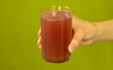 Szklanka napoju wieloowocowego z granatem