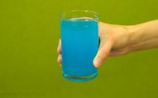 Szklanka napoju izotonicznego iso plus o smaku tropic blue