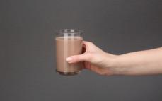 Szklanka napoju mlecznego, kokosowego o smaku czekolady