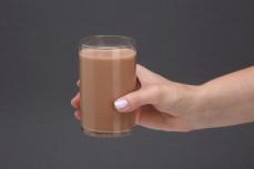 Szklanka mlecznego napoju proteinowego o wysokiej zawartości białka - smak czekoladowy UHT