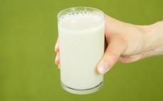 Szklanka napoju ryżowego basmati z wapniem