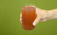 Szklanka napoju z białej herbaty o smaku arbuza bez cukru