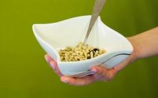 Porcja granulowanych otrębów owsianych z aronią