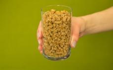 Szklanka otrębów granulowanych z truskawkami