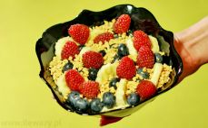 Porcja owsianki z owocami i orzechami