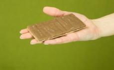 Kromka piernikowego pieczywa chrupkiego z czekoladą