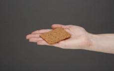 Kromka chleba chrupkiego Vega lekki z czerwonym burakiem