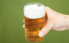 Szklanka napoju bezalkoholowego, bezglutenowego na bazie słodu
