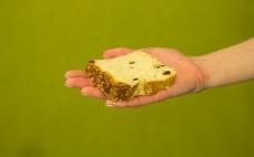 Kawałek placka drożdżowego z masłem i rodzynkami