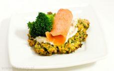 Placki ziemniaczane z łososiem, brokułem i kozim serem