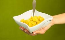 Porcja pełnoziarnistych płatków kukurydzianych