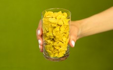 Szklanka pełnoziarnistych płatków kukurydzianych